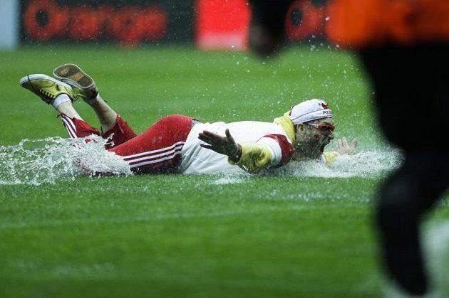 Polský fanoušek předvedl na trávníku varšavského stadionu lachtanní skluz.