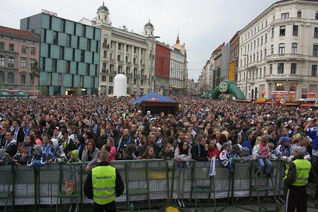 Fanoušci Komety, kteří se nedostali přímo do Kajot areny, sledovali páteční i sobotní finále s Pardubicemi v centru Brna na velkoplošných obrazovkách.