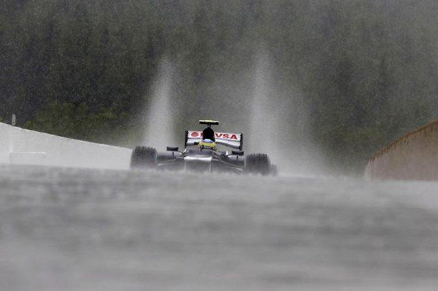 Bruno Senna s vozem Williamsem při deštivém tréninku na Velkou cenu Belgie.
