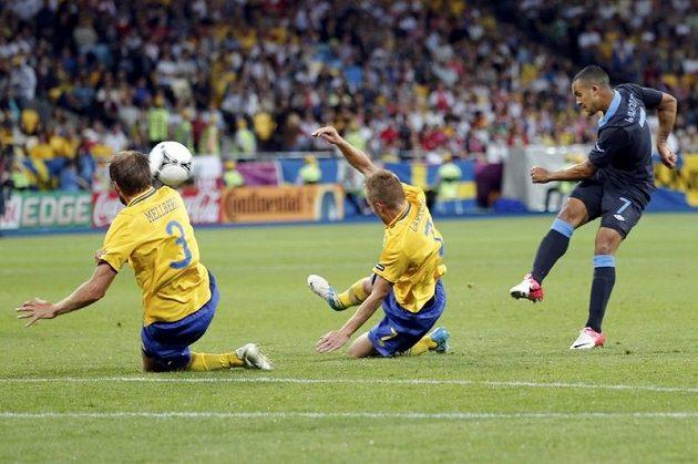Theo Walcott střílí do švédské sítě gól.
