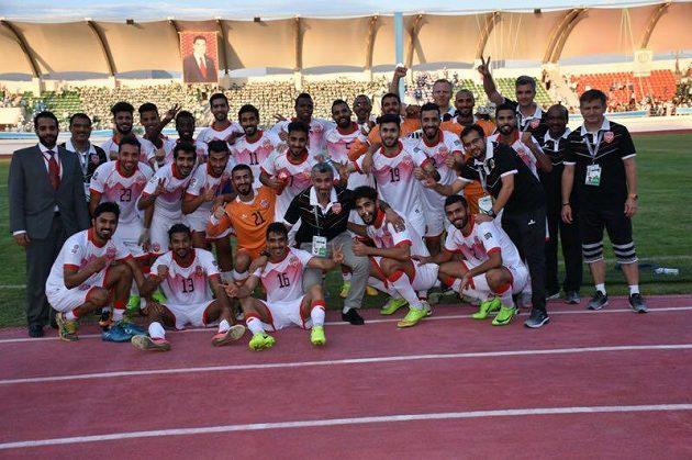 Fotbalisté Bahrajnu slaví vítězství na hřišti Turkmenistánu. Vpravo je trenér Miroslav Soukup.