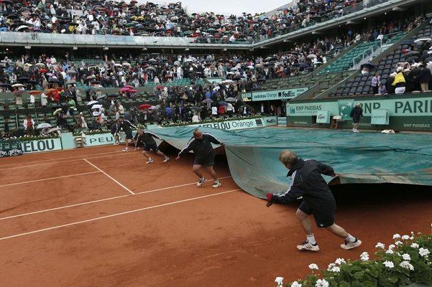 Suverénní tažení Rafaela Nadala nezastavil ani déšť