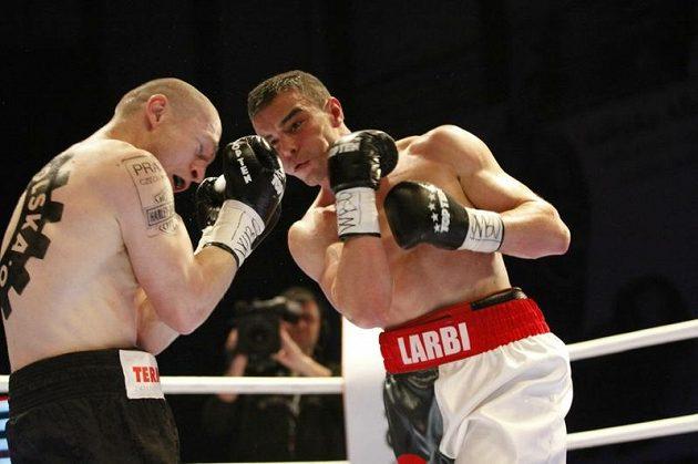 Lukáš Konečný (vlevo)v boji o pás prozatímního šampióna organizace WBO v lehké střední váze se Salimem Larbim z Francie.