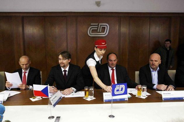 Zleva Petr Žalouda (generální ředitel ČD), Pavel Dobeš (ministr dopravy), Miroslav Pelta a Michal Bílek.