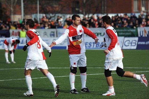 Pavel Kuka (druhý zprava) nastřílel v Silvestrovském derby Spartě čtyři góly.