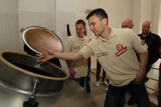 David Lafata vhazuje do tanku chmelové granule.