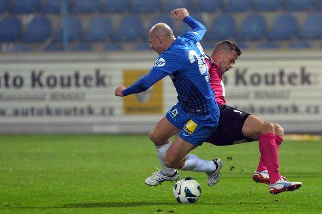 Liberecký záložník Jiří Štajner (vlevo) bojuje o míč s Martinem Fillem z Mladé Boleslavi.