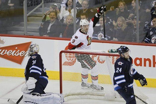 Útočník Ottawy Milan Michálek (v bílém) překonal brankáře Winnipegu Ondřeje Pavelce.