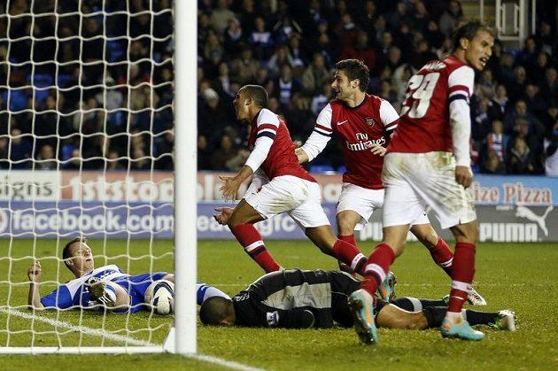 Theo Walcott (uprostřed) načal obrat Arsenalu v nastavení první půle.