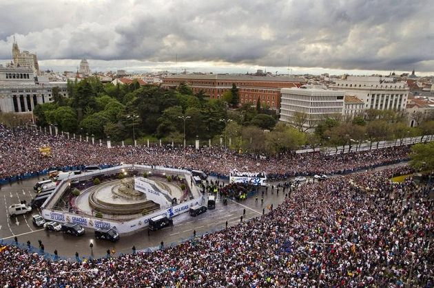 Oslavy titulu Realu v centru Madridu.