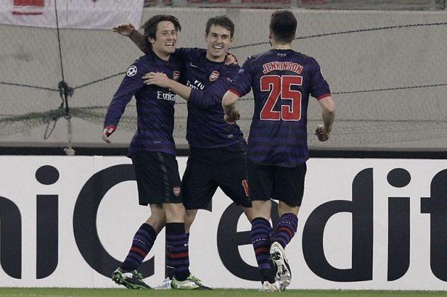 Tomáš Rosický (vlevo) se raduje se spoluhráči z Arsenalu Aaronem Ramseym (uprostřed) a Carlem Jenkinsonem z branky.