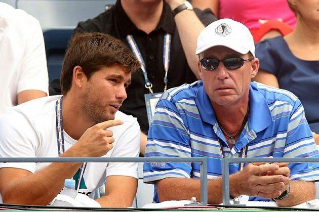 Kouč Ivan Lendl (vpravo) i Murrayho venezuelský sparringpartner Daniel Vallverdu prožívají zápasy skotského tenisty na tribuně