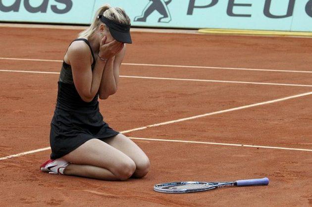 Po posledním míčku finálového zápasu přemohly Marii Šarapovovou emoce