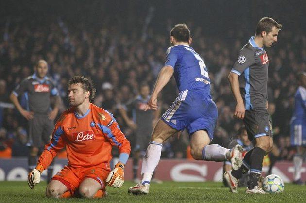 Klíčový okamžik zápasu. Branislav Ivanovič ve 105. minutě zápasu právě poslal Chelsea do vedení 4:1.