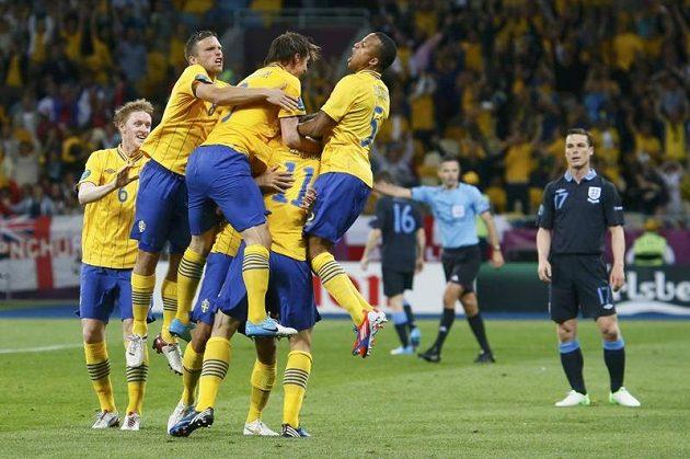 Fotbalisté Švédska se radují z branky do anglické síě.
