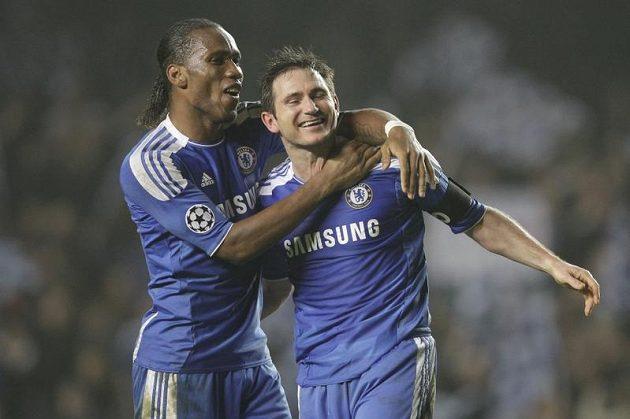 Didier Drogba a Frank Lampard z Chelsea oslavují postup do čtvrtfinále Ligy mistrů přes Neapol.
