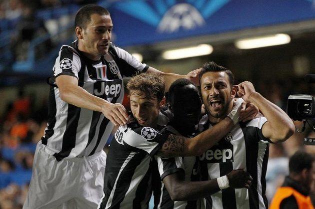 Fabio Quagliarella (vpravo) se raduje se spoluhráči z Juventusu z gólu proti Chelsea.
