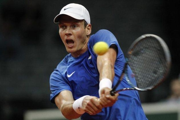 Tomáš Berdych během čtvrtfinále Davis Cupu proti Viktoru Troickému ze Srbska.