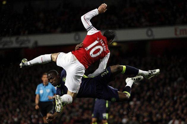 Robin Van Persie z Arsenalu v souboji Maynorem Figuerou v dohrávce 34. kola Premier League.
