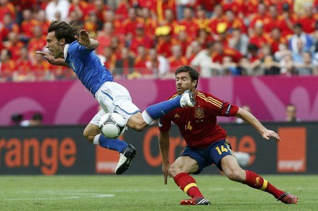 Ital Andrea Pirlo jako by chtěl poodlétnout Xabimu Alonsovi