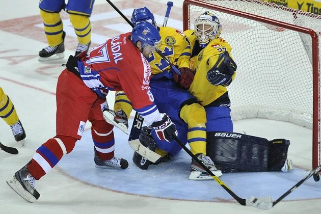 Český obránce Jakub Nakládal si hledá pozici před brankou švédského gólmana Gustafa Wesslaua.