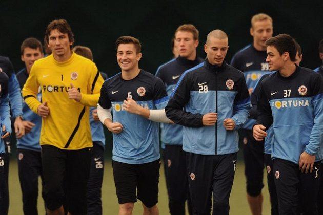 Zimní posila fotbalistů Sparty Lukáš Vácha (s číslem 6) už vyklusával na středečním tréninku po boku svých nových spoluhráčů.
