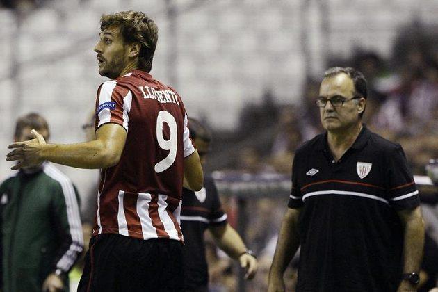 Na útočníka Bilbaa Fernanda Llorenteho (vlevo) se dívá trenér Athlétika Marcelo Bielsa.