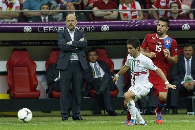 Milan Baroš svádí za pozornosti kouče Bílka souboj s Portugalcem Moutinhem.
