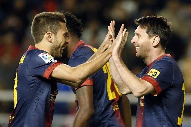 Hvězda Barcelony Lionel Messi (vpravo) a obránce Jordi Alba slaví gól v sobotním zápase proti Vallecanu.