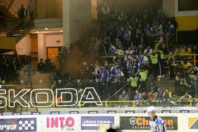 Policie zasahuje v kotli fanoušků Plzně, ve kterém během zápasu na ledě Litvínova explodovala dýmovnice.