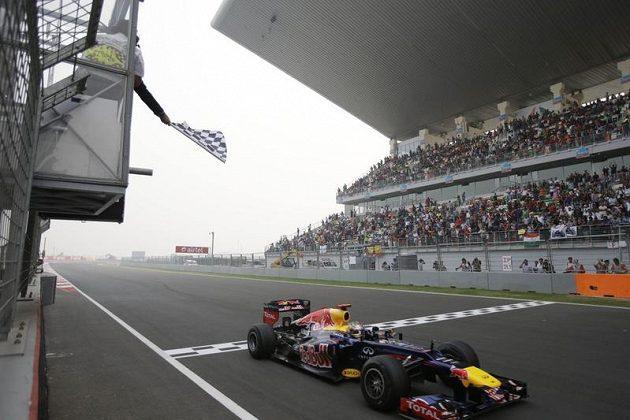 Sebastoam Vettel protíná cílovou pásku.