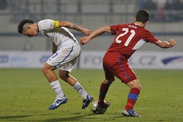 Marek Hamšík ze Slovenska (vlevo) bojuje o míč s Davidem Lafatou.