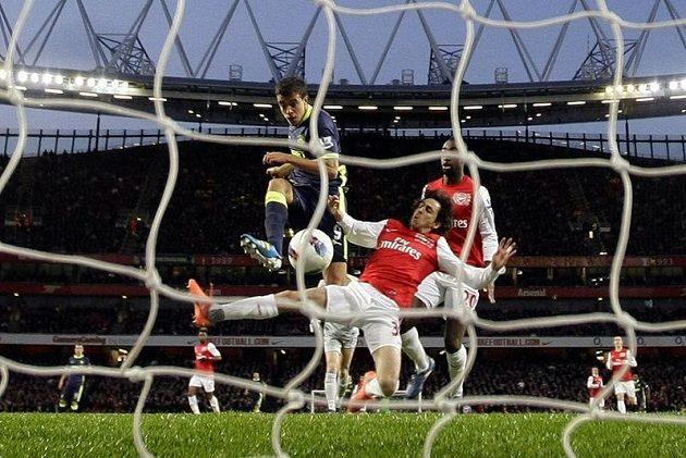 Franco Di Santo skóruje do sítě Arsenalu v dohrávce 34. kola.