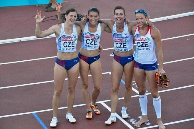 Štafeta (zleva) Zuzana Hejnová, Jitka Bartoničková, Denisa Rosolová a Zuzana Bergrová vybojovala v závodu na 4x400 metrů bronzové medaile.