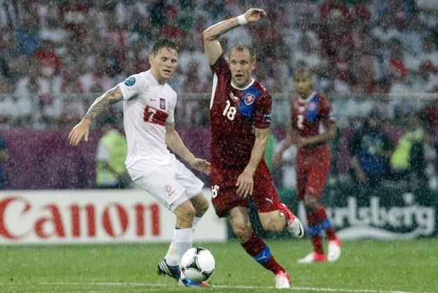 Daniel Kolář se probíjí za mohutného deště přes Poláka Polanského.