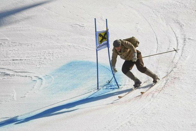 Lyžař Didier Cuche se rozloučil s kariérou v retro lyžařském oblečení a na dřevěných lyžích.