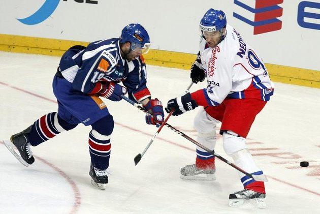 Petr Nedvěd (vpravo) v souboji s Tomášem Starostou ze Slovenska