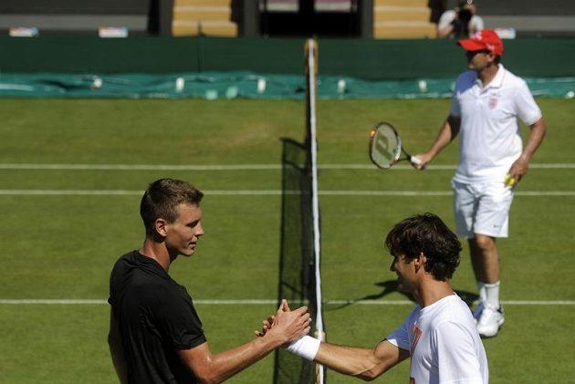 Český tenista Tomáš Berdych po tréninku s Rogerem Federerem (vpravo) ve Wimbledonu před startem olympiády