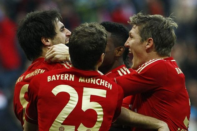 Radost fotbalistů Bayernu Mnichov - zleva Javi Martinez, Thomas Müller (zády), David Alaba a Bastian Schweinsteiger.