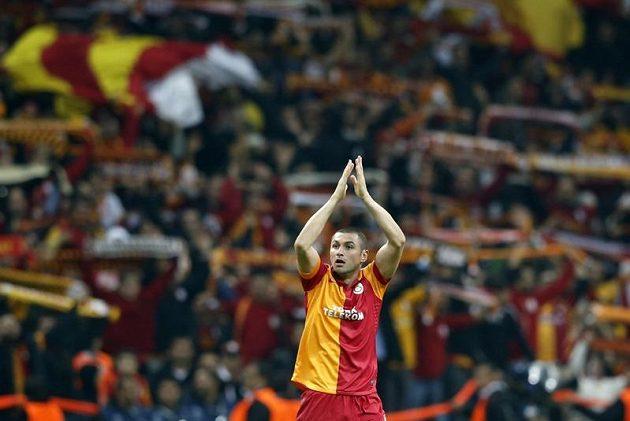 Burak Yilmaz z týmu Galatasaray Istanbul oslavuje s fanoušky gól proti Manchesteru United.