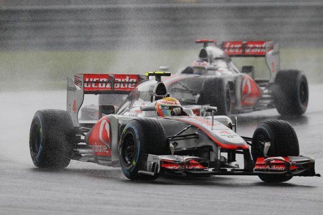 Piloti McLarenu Lewis Hamilton a Jenson Button se prodírají dešťem na Velké ceně Malajsie.