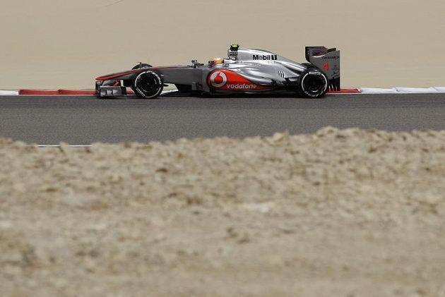 Lewis Hamilton na trati během pátečního tréninku na Grand prix Bahrajnu.