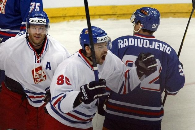 Zdeněk Kutlák (uprostřed) se raduje z branky v utkání proti Slovensku. Za ním je Jiří Novotný.