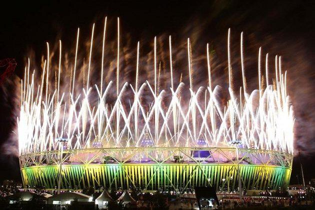 Ohňostroj nad Olympijským stadiónem při slavnostním zakončení letních her v Londýně.