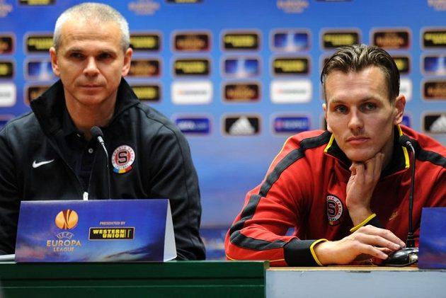 Trenér pražské Sparty Vítězslav Lavička (vlevo) a obránce Ondřej Švejdík na tiskové konferenci před utkáním v Bilbau.