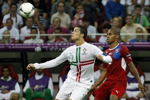 Theodor Gebre Selassie a Cristiano Ronaldo ve čtvrtfinále EURO 2012 v polské Varšavě.
