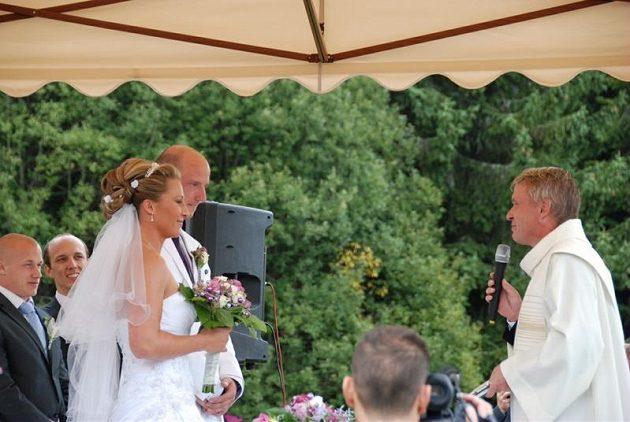Skokance o tyči Jiřině Ptáčníkové i překážkáři Petru Svobodovi to při svatebním obřadu slušelo.