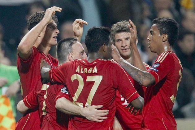 Fotbalisté Bayernu Mnichov slaví vedoucí gól proti Olympique Marseille.