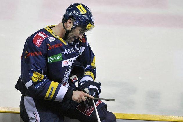 Liberecký kapitán Petr Nedvěd si upravuje hokejku