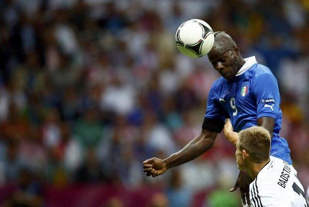 Ital Mario Balotelli střílí gól hlavou do německé sítě v semifinále mistrovství Evropy.